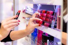 Testeurs de cosmétiques en magasins : comment bien les utiliser ? / iStock.com-zoranm