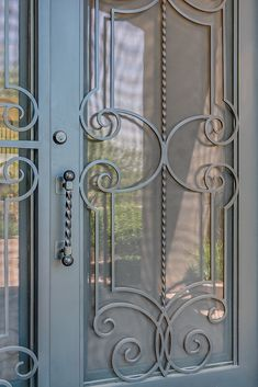 A beautifully simplistic and aesthetically pleasing iron door design. Steampunk Home Decor, Steampunk House, Door Knockers, Door Knobs, Knobs And Handles, Door Handles, Front Door Hardware, Wrought Iron Doors, Iron Art