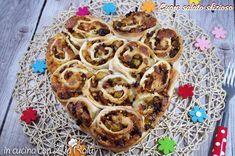 Il cuore salato sfizioso è una torta salata con cavolini di Bruxelles, pancetta e scamorza affumicata.. Un piacevole incontro di sapori