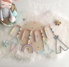 By @ellilawool ・・・ ✨NEW✨ Les petits portants tricotins font leur apparition chez Ellilawool Ils se fixent au mur pour décorer la Chambre de vos tous petits Tout comme les Baladeuses ils sont 100% personnalisables J'espère qu'ils vous plairont ?