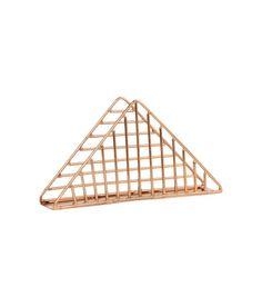 Sieh's dir an! Dreieckiger Serviettenständer aus Metall. Größe 4x8,5x16 cm. – Unter hm.com gibt's noch viel mehr.