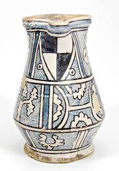 Boccale ultimo quarto del XIV secolo con stemma della famiglia Manfredi (Museo internazionale delle ceramiche di Faenza).