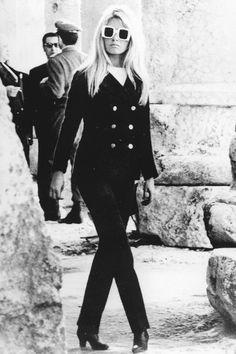 la tendencia blanco y negro en clave 60's con shopping e imágenes de la época: Brigitte Bardot con traje de chaqueta
