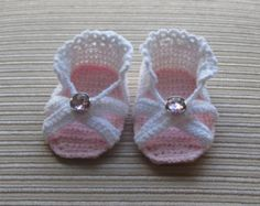 Crochet Pattern Baby Girl Sandals Months - Tuto tricot - Please note: this is a crochet pattern, not finished sandals. Baby Girl Sandals, Crochet Baby Sandals, Crochet Baby Clothes, Crochet Shoes, Baby Booties, Girls Sandals, Crochet Slippers, Baby Clothes Patterns, Baby Patterns