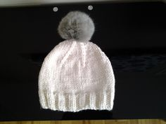 Tuque avec pompon fourrure. Knitted Hats, Winter Hats, Creations, Beanie, Knitting, Fashion, Pom Poms, Knit Hats, Moda