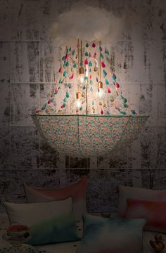 Une touche de pluie, stylisme déco et création d'objets poétiques, un parapluie détourné en lustre montgolfière / chandelier par Les Trafiquantes