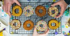 Vegán amcsi rendőrfánk recept képpel. Hozzávalók és az elkészítés részletes leírása. A Vegán amcsi rendőrfánk elkészítési ideje: 75 perc Doughnut, Vegan, Food, Essen, Meals, Vegans, Yemek, Eten