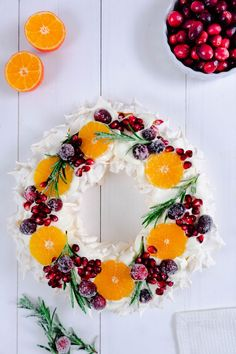 Winter Pavlova Rezept sowie Tipps & Tricks Recipe for a Pavlova with Winter Fruits and Tips for a Perfect Pavlova Christmas Dishes, Christmas Cooking, Christmas Time, Pavlova Cake, Meringue Pavlova, Christmas Pavlova, Christmas Cupcakes, Holiday Baking, Christmas Desserts