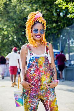 A blogueira brasileira Magá Moura foi de macacão com pingos de tinta - repara só na bolsinha!