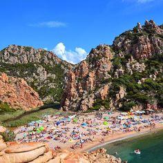 La spiaggia di Li Cossi è sicuramente tra le più suggestive del nord #Sardegna. Si trova a Costa Paradiso nel comune di Trinità d'Agultu (OT) e si raggiunge attraverso un sentiero che parte dal villaggio e già di per sé regala un panorama spettacolare. Superata l'ultima curva però si rimane letteralmente senza fiato davanti alla vista della spiaggia incastonata tra monti mare e fiume. Sicuramente tra le cose #dafareinsardegna  Questa settimana il nostro account è affidato alle community…