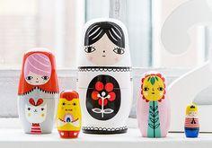 """Petit Monkey, une jolie marque hollandaise d'objets design pour enfants, a créé ces  poupées russes """"Fleur & Friends"""" en collaboration avec l'illustratrice Suzy Utlman   Ces 5 poupées colorées s'emboîtent les unes dans les autres. Chaque poupée est peinte à la main, ce qui en fait des objets uniques. Leur style graphique plaira aux amateurs de jouets et d'art de tous âges."""
