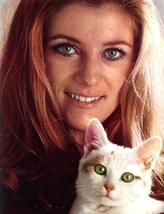 Sheila et son chat blanc #chat --- verlina.com