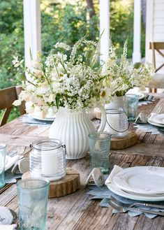 Tips For Setting A Quick, Beautiful Outdoor Table 4 Simple Tips For Setting A Qucik and Beautiful Table in a Hurry. Easy ways to make a casual table look beautiful with just a few elements. Outdoor Table Decor, Outdoor Table Settings, Outdoor Tables, Outdoor Dining, Setting Table, Dining Table Settings, Casual Table Settings, White Table Settings, Beautiful Table Settings