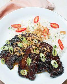 Deze pittige speklapjes met ketjap en rijst zijn bizar lekker. Makkelijk om te maken en klaar in 20 minuten. Dit móet je een keer proberen!