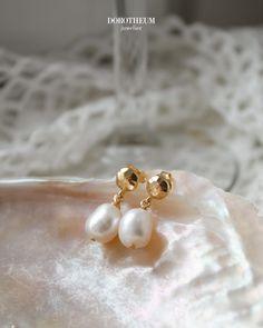 Wir sehen die Perfektion in der Imperfektion! Diese eleganten Ohrringe mit unregelmäßig geformten Kulturperlen können zu verschiedenen Anlässen, als auch im Alltag getragen werden. Spring Blooms, Elegant, Pearl Earrings, Pearls, Jewelry, Pearl Jewelry, Classy, Pearl Studs, Jewlery