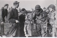 US Army paratroopers being well received by dutch civilians, Operation Market Garden 1944 Operation Market Garden, 82nd Airborne Division, Military Photos, Military Art, Military History, Paratrooper, D Day, Women In History, Special Forces