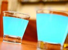 Lagoa Azul -  1 dose(s) de vodka 1 1/2 dose(s) de curaçao blue 1 dose(s) de suco de limão 1 colher(es) (chá) de açúcar  Bata na coqueteleira todos os ingredientes e sirva em copo baixo ou longo.  Dica: Pode substituir suco de limão pela soda limonada. Pode decorar com algumas cerejas.