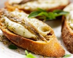 Crostini de sardines et mozzarella minute : http://www.fourchette-et-bikini.fr/recettes/recettes-minceur/crostini-de-sardines-et-mozzarella-minute.html