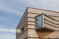 Holz Fassade mit Erker - Architektur Detail Fertighaus Treehouse von Baufritz - HausbauDirekt.de