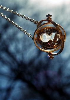 Harry Potter - Hermione Time Turner Necklace ♥ i need it! and I'm not even a big harry potter fan either Bijoux Harry Potter, Arte Do Harry Potter, Harry Potter Love, Harry Potter World, Time Turner, Gira Tiempo Harry Potter, Ravenclaw, Expecto Patronum Harry Potter, Wallpaper Harry Potter