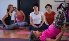 En una sociedad que quiere conjurar la angustia de la vejez, esta mujer de 98 años representa un cóctel de longevidad tónica y espiritualidad práctica. Decana mundial de los profesores de yoga, Tao Porchon-Lynch es una mujer de varias vidas. Pero más que sus posturas, las clave de su éxito son su salud de hierro …