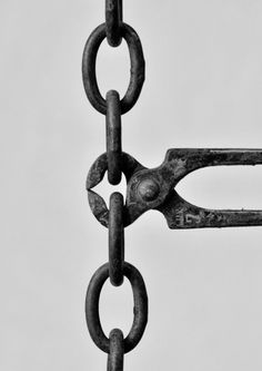 Photo by Chema Madoz. When the chain-cutters become a link in the chain? History Of Photography, Conceptual Photography, Still Life Photography, Creative Photography, Art Photography, Creative Pictures, Creative Art, Ansel Adams, Art And Illustration