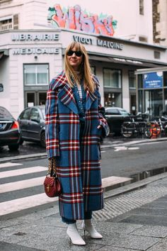 Paris Fashion Week Fall 2018 Attendees Pictures : Fall Fashion Trends: Bright Plaid Brighten things up with plaid coats in brighter colors! Attendees at Paris Fashion Week Fall 2018 - Street Fashion Fashion Week Paris, Fall Fashion Trends, Fall 2018 Fashion, Paris Winter Fashion, Spring Fashion, Street Style 2018, Autumn Street Style, Fall Street Styles, Look Jean