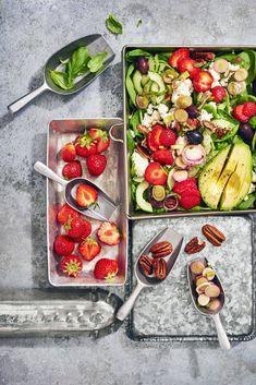 Kreikkalainen mansikkasalaatti - Reseptit   HS.fi Bon Appetit, Vegetable Pizza, Pasta Salad, Feta, Vegetables, Ethnic Recipes, Crab Pasta Salad, Vegetable Recipes, Veggies