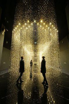 """Lumière et mouvement  """"Light Is Time"""" - DGT Architects Instalation pour Citizen Rouages de montre suspendus et éclairés 423m²  La Triennale Design Museum, Milan, Italie 2014"""