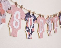 Oro e rosa Baby doccia Banner  Complimenti da JacqsCraftyCorner! Decorare il vostro bambino doccia in questo banner rosa e oro luccicante. Potete appendere questo banner sul vostro mantello, sopra il vostro tavolo snack o utilizzare come un foto prop.   COMBINAZIONE DI COLORI: Baby rosa, avorio e Glitter lettere doro  SPECIFICHE: Una variante del 4 x 6 e 3,5 da 5,25 bandiere effettuate in cartoncino di medio peso. Benvenuto campate circa 28 pollici lungo Baby Girl è circa 48 pollici con un…