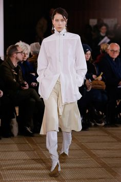 The complete Lemaire Fall 2018 Ready-to-Wear fashion show now on Vogue Runway. Vogue Paris, High Collar Shirts, Autumn Fashion 2018, Fashion Show Collection, Fashion Studio, Mannequins, Fall 2018, Well Dressed, Shirt Style