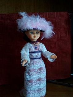 Nancy vestida a la moda de 1912. Sobrero de paja sintética con plumas, vestido y joyas.