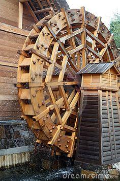 Roda de água de madeira tradicional