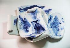 Conjunto de bandejas apiladas listas para servir el mejor entrante. Decoración en azul cobalto.