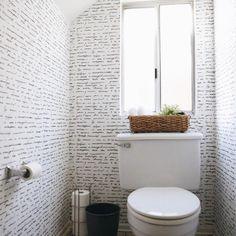 Papel de parede para banheiro. Antigamente aplicar papel de parede no banheiro era algo totalmente fora de cogitação, porém com o avanço no material hoje já é possível , o papel autocolante é resistente e pode ser aplicado. Mas atenção ,sempre na parte externa do box.