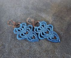 Macrame Earrings  Blue Dangle Earrings With Bronze por neferknots