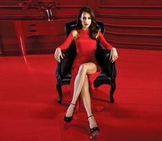 rotes-kleid-eine-sitzende-frau