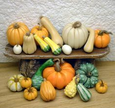 scale large selection of fall pumpkins and gourds by Miniatures Barbie, Halloween Miniatures, Clay Miniatures, Dollhouse Miniatures, Miniature Crafts, Miniature Food, Miniature Dolls, Barbie Food, Doll Food