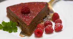 Bolo de chocolate e requeijão com gelatina de framboesas