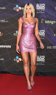 Dua Lipa puts sizzling figure on show in glittering pink Versace mini dress at the 2019 Mnet Asian Music Awards Mnet Asian Music Awards, Beautiful Legs, Most Beautiful Women, Celebrity Photos, Celebrity Style, Girls In Mini Skirts, Cultura Pop, Look Fashion, Sexy Legs