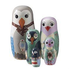 Dessa fem fina fåglar bildar tillsammans Bird Family och kommer ihopsatta i varandra. Bird Family passar perfekt som en fin inredningsdetalj eller som en uppskattad present vid födelsedag och dop.