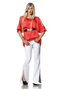 Calça flare com fendas laterais + blusa acetinada com recortes nos ombros = muito amor! ♥