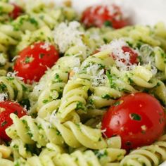 Fragrant colorful and bursting with the flavor pesto pasta salad is a sure crowd pleaser. Secret here to helping keep the pesto green. Summer Salad Recipes, Pasta Salad Recipes, Summer Salads, Veggie Recipes, Dinner Recipes, Healthy Recipes, Healthy Food, Salsa Pesto, Pesto Pasta Salad