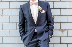 Bräutigam im blauen Anzug fotografiert von Anni Hochzeitsfotografie - Hochzeitsfotograf aus Köln mit Fliege