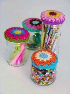 Image ONLY: crochet jar - to inspire only, but tons of freebie granny circles on here. Crochet Cozy, Crochet Amigurumi, Love Crochet, Crochet Granny, Crochet Gifts, Crochet Yarn, Crochet Flowers, Crochet Jar Covers, Crochet Kitchen