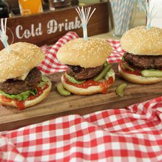 Blue cheese beef burger Blue Cheese, Chipotle, Cold Drinks, Sliders, Bacon, Beef, Ethnic Recipes, Food, Burgers