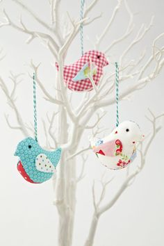Possible wedding favor. How to Make Fabric Birds By Helen Philipps from Love Patchwork and Quilting Magazine - diy Bird Crafts, Felt Crafts, Easter Crafts, Christmas Crafts, Christmas Bird, White Christmas, Fabric Animals, Fabric Birds, Fabric Scraps