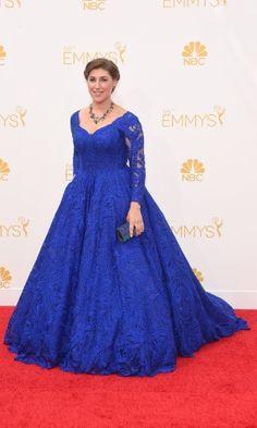 """Usando longo azul, Mayim Bialik, de """"The Big Bang Theory"""", prestigia a 66ª edição do Emmy Awards. O evento acontece no Nokia Theatre, em Los Angeles. Ela concorre ao prêmio de melhor atriz coadjuvante por série cômica Getty Images..."""