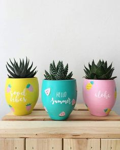 25 Creative DIY ideas with beautiful pots to welcome Spring 25 creative DIY ideas with beautiful pots to welcome Spring Diy Home Crafts, Garden Crafts, Diy Crafts For Kids, Craft Ideas, Painted Plant Pots, Painted Flower Pots, Flower Pot Design, Decorated Flower Pots, Pottery Painting Designs