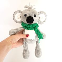 This free crochet pattern for this little koala bear is great for even someone who is new to amigurumi. The finished koala is about 12 inches tall. A super cute crochet animal! Diy Crochet Animals, Crochet Animal Amigurumi, Crochet Gratis, Crochet Animal Patterns, Crochet Bear, Crochet Doll Pattern, Stuffed Animal Patterns, Cute Crochet, Amigurumi Patterns